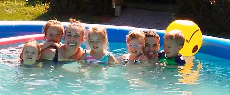 Fam in Pool